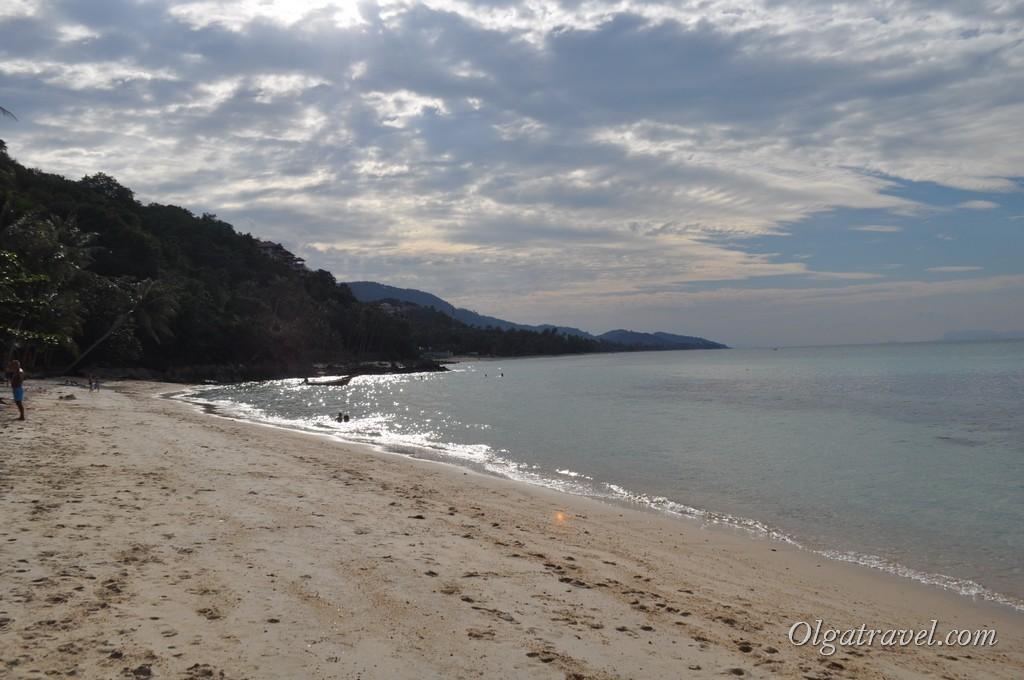 За этим мысом находится мини нудистский пляж в камнях, а дальше пляж Банг По