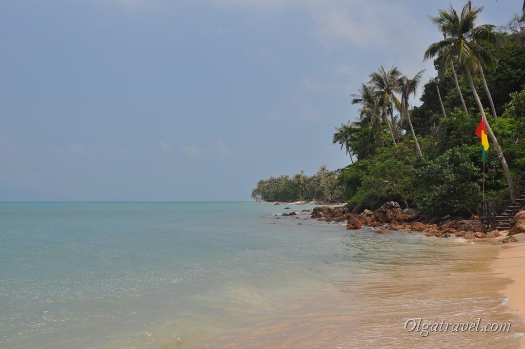 За этими камнями начинается мой любимый пляж Баан Тай