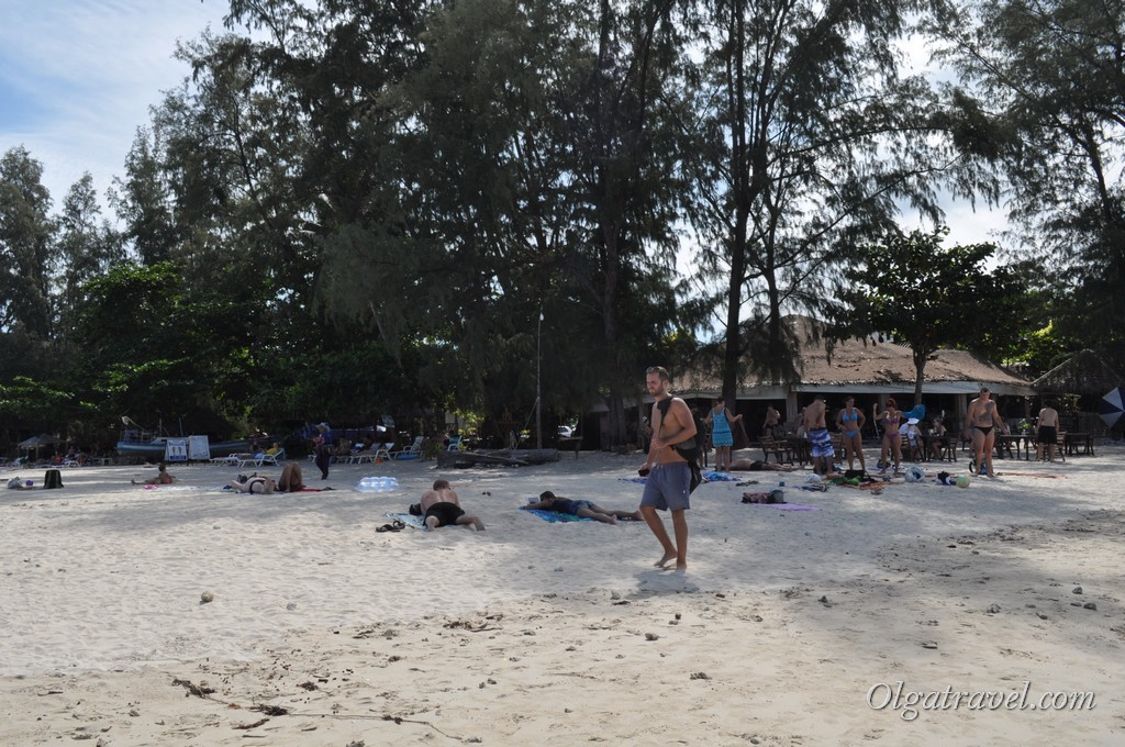 Кафе, лежаки и люди на пляже Чонг Мон