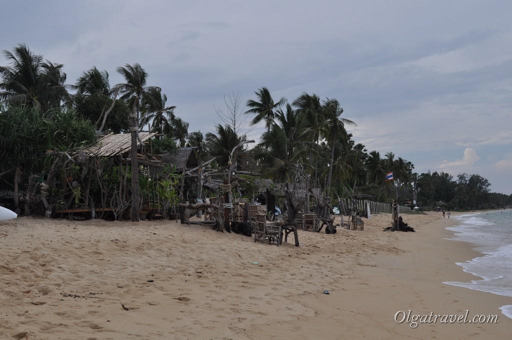 Кафе в западной части пляжа оформлены в растаманском стиле :)