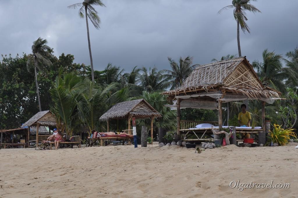 Удобные лежанки и массаж на пляже Маенам
