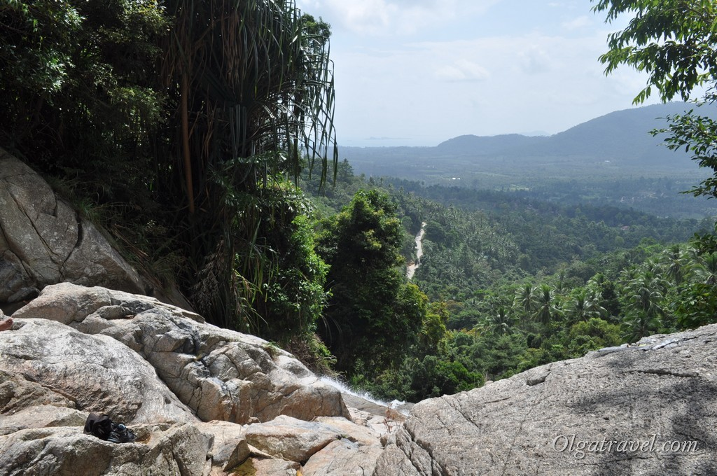 Вид на остров и море с высоты водопада Намуанг 2