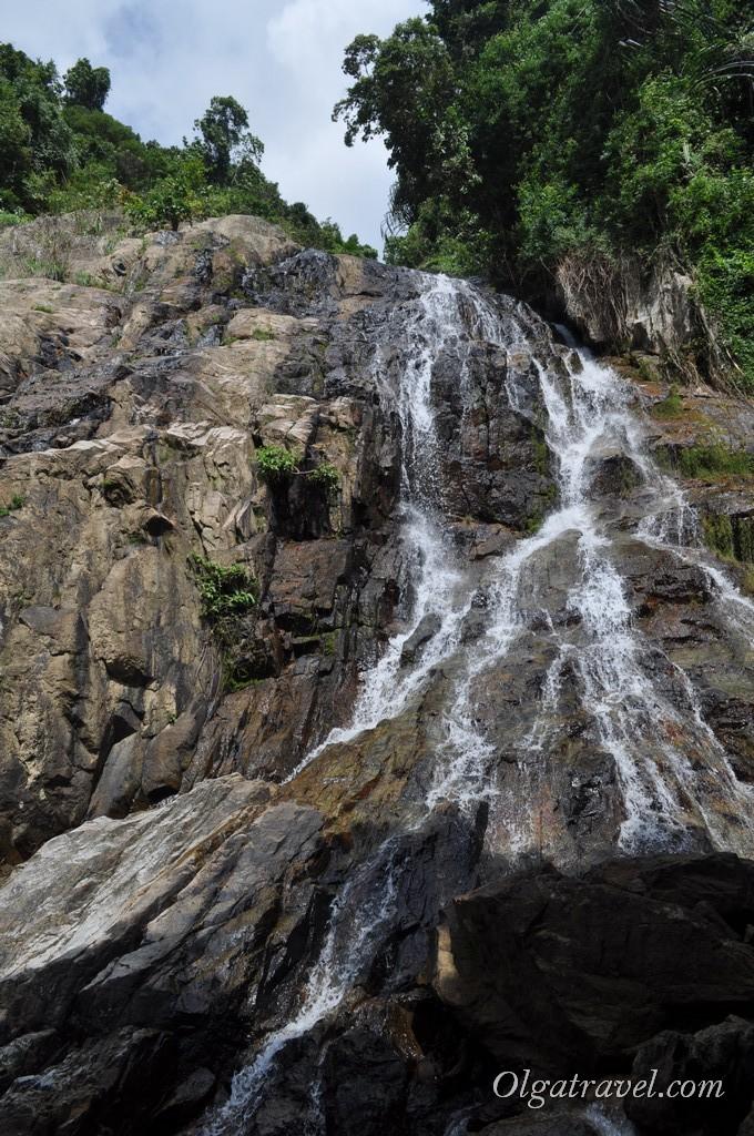 Струи воды стекают по камням - очень красиво.