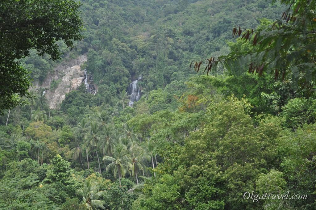 После парковки идем вверх - открывается красивый и где-то в дали виднеется водопад Намуанг 2