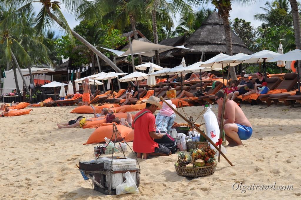 Продавец фруктов на пляже