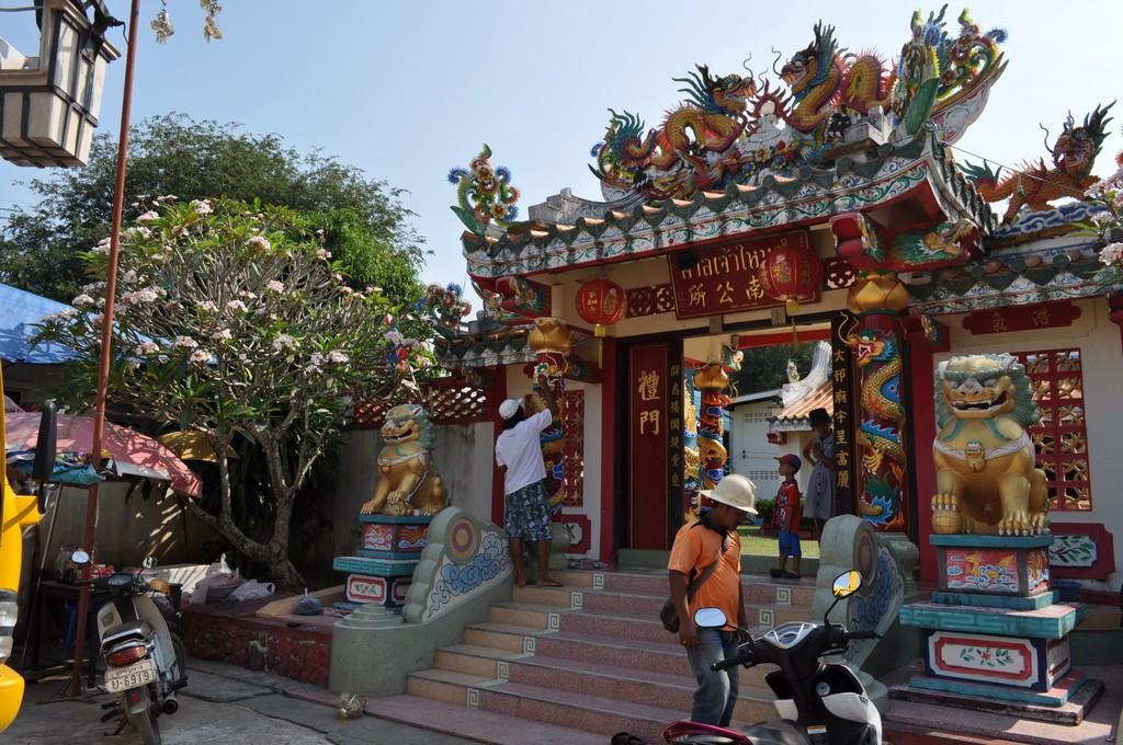 Наводят красоту:) Подкрашивают храм перед празднованием