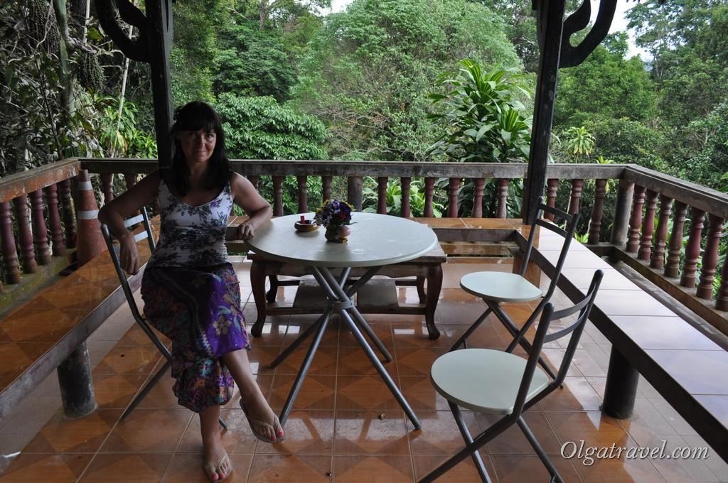 Приятно посидеть на террасе возле Магического сада Будды
