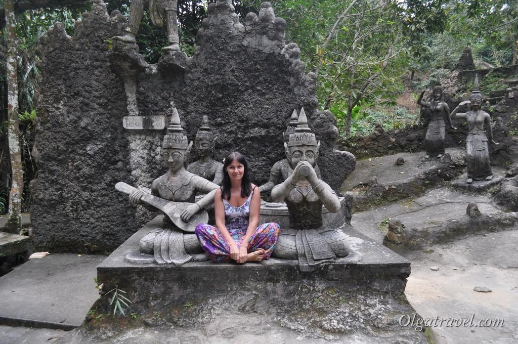 Позирую среди скульптур в Magic Garden
