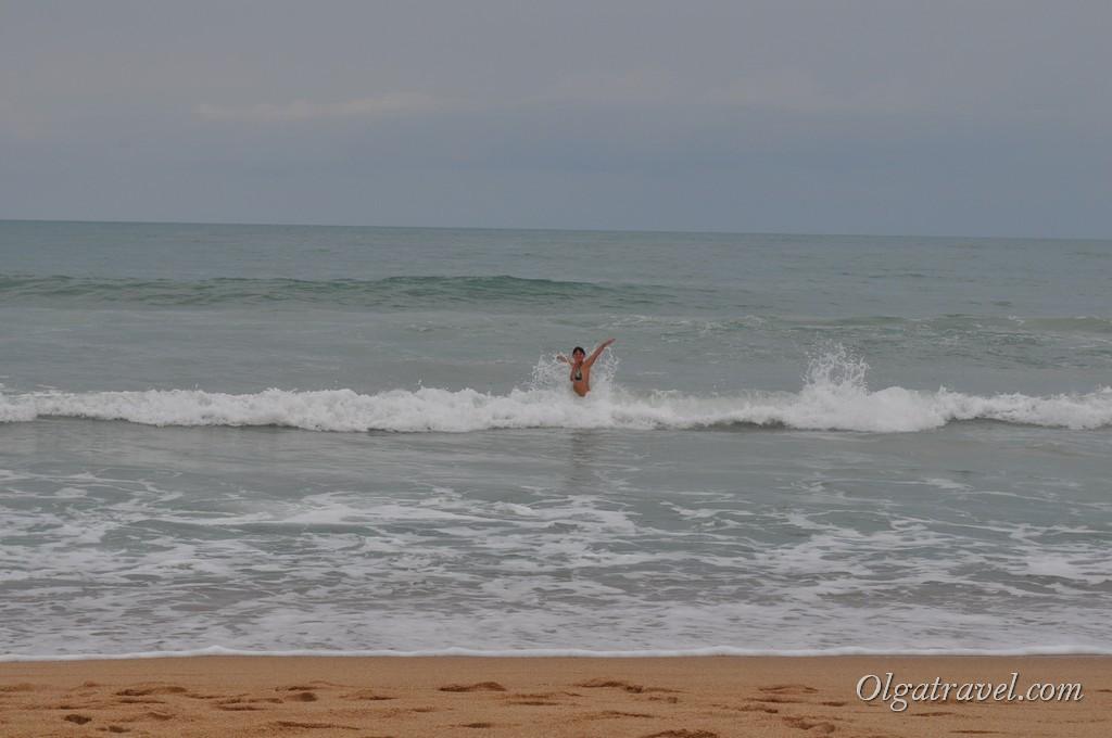 Наслаждаемся волнами на пляже Чавенг Ной
