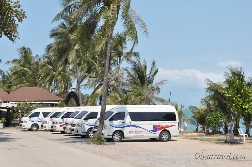 Автобусы кампании Ломпрая. Из отеля на Самуи забирают бесплатно при покупки билетов через интернет. По приезду на Самуи развозят по отелям за 150 бат с человека, дети 75 бат