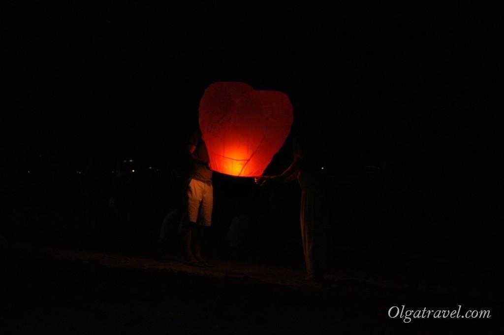 Запуск небесных фонариков в небо
