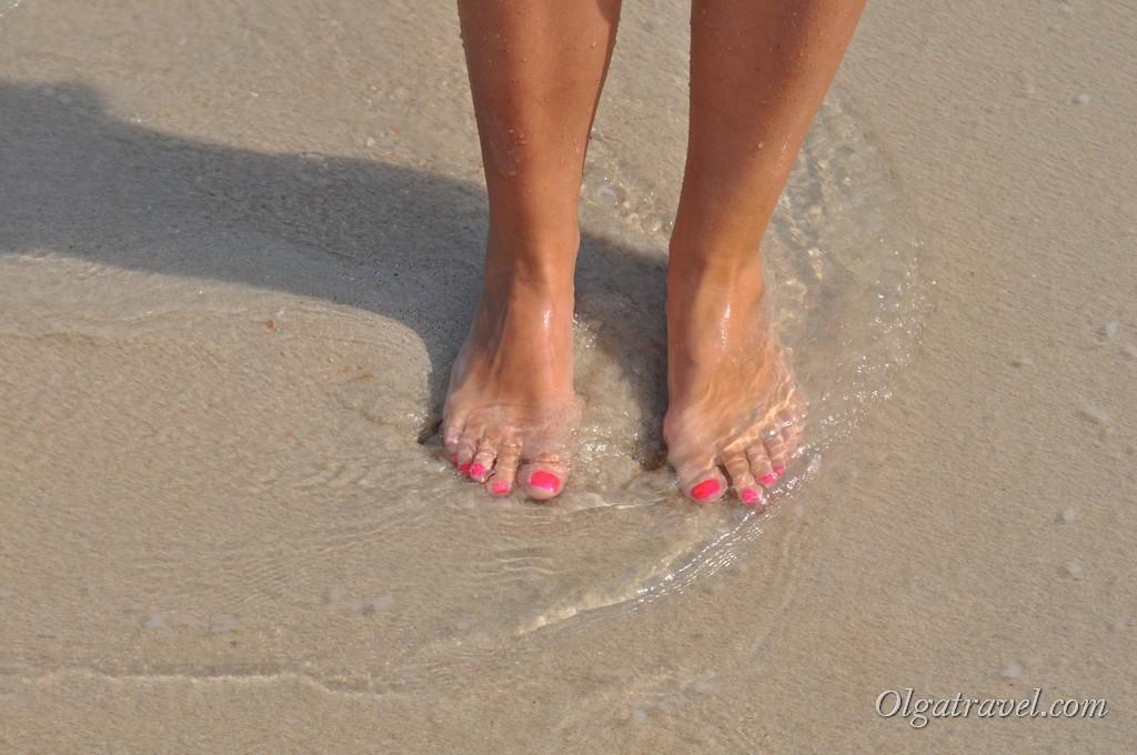 Вот такой мелкий, светлый песок на пляже Кристал бей (Сильвер бич)