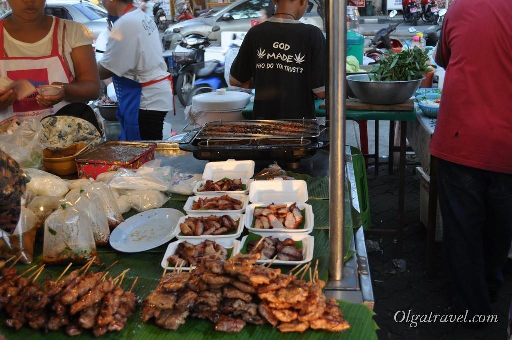 Шашлычки по 5-10 бат и мясо в коробочке по 50 бат за порцию