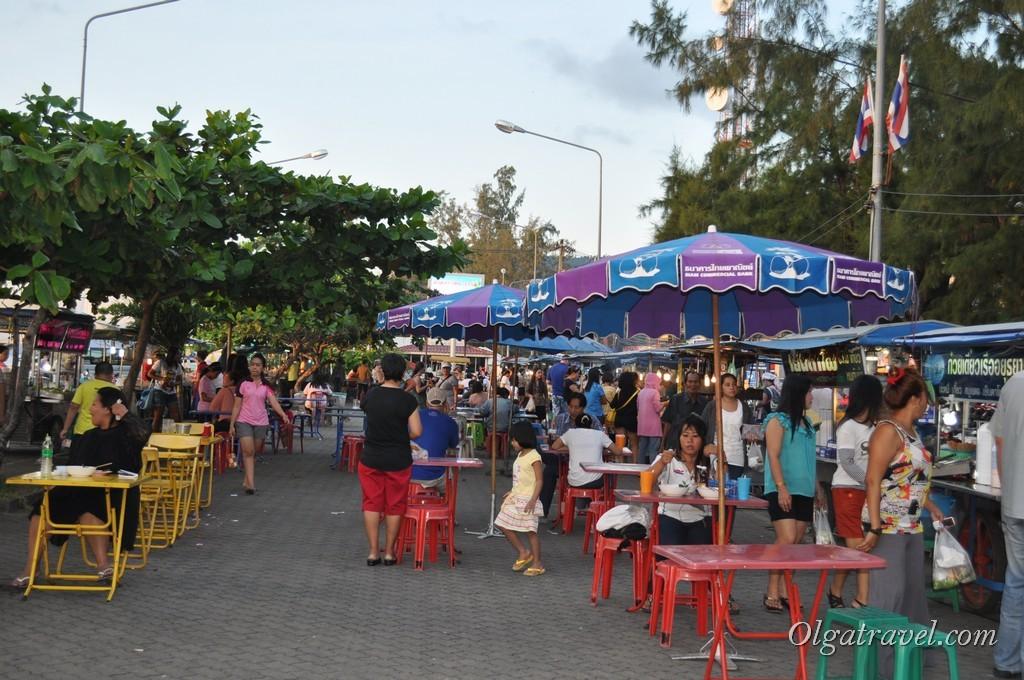 Рынок с макашницами и вкусной едой возле пирса в Натоне