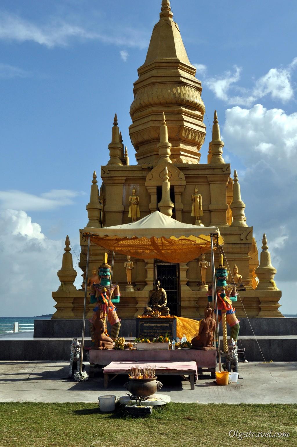 Возле входа - Будда и два воина в ярких одеждах