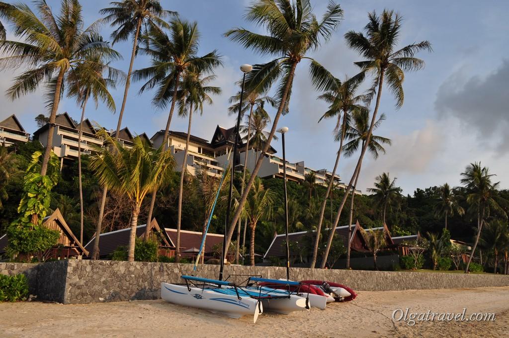 Возле отеля Intercontinental на пляже Taling Ngam