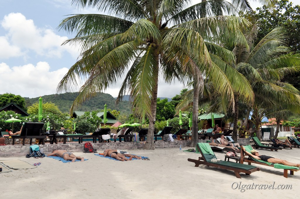 Лежаки на пляже возле отеля