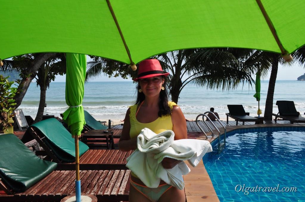 Возле бассейна можно взять пляжные полотенца
