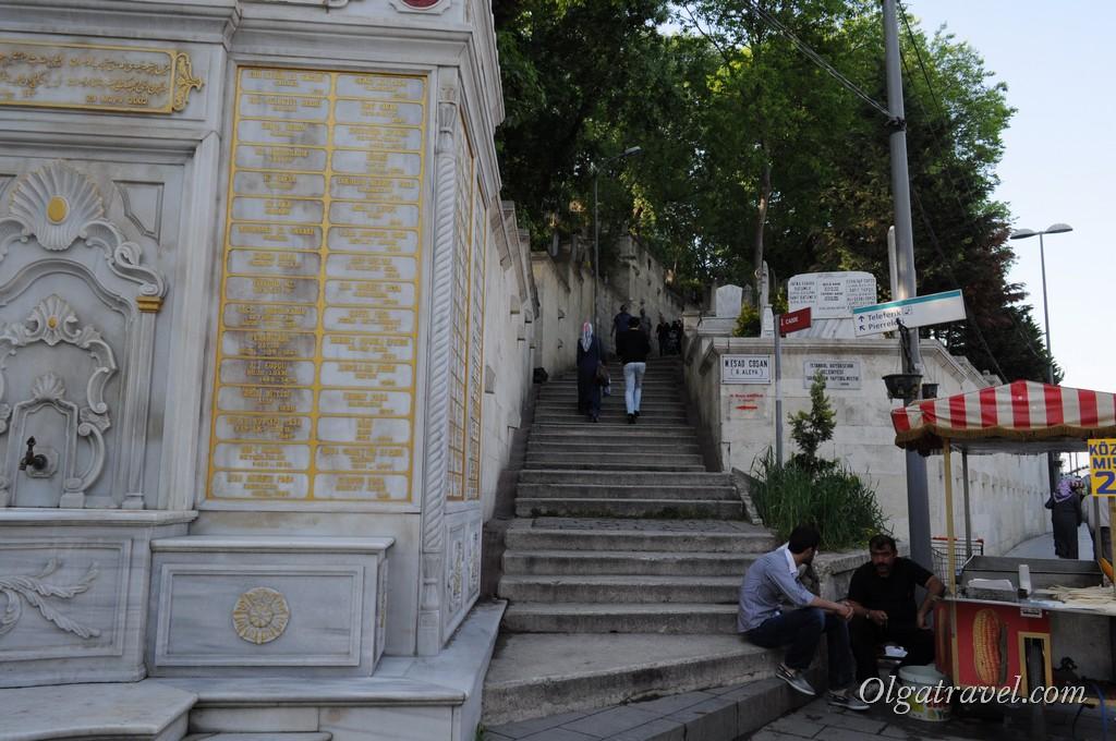 Лестница на верх в кафе Пьер Лоти и на смотровую площадку возле него.
