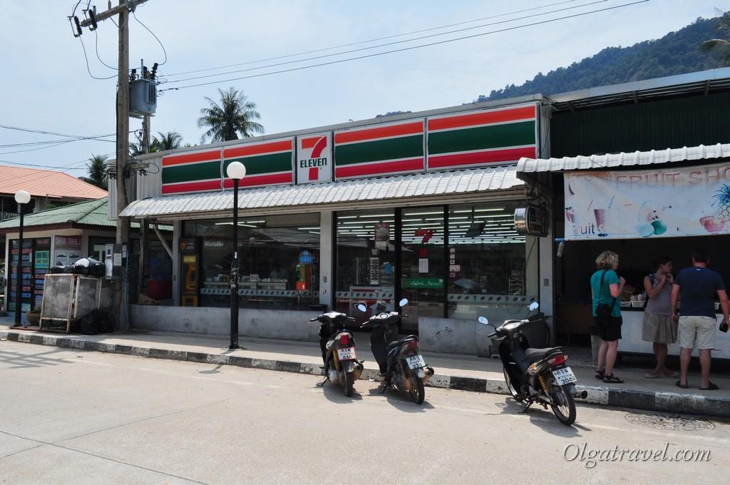 Магазин 7 eleven, где можно купить некоторые продукты, выпить кофе или съесть бутерброд