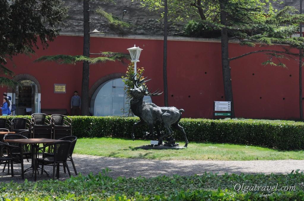 На территории сада множество скульптур животных