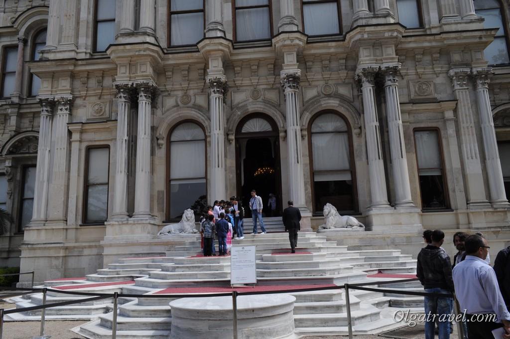 Вход в сам дворец возможен только с экскурсионной группой