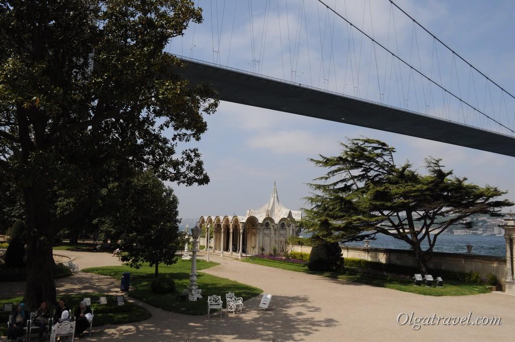 Над садом дворца Бейлербей построили Босфорский мост