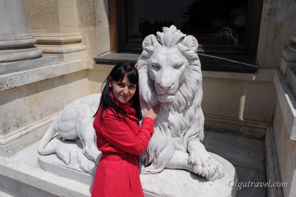 Лев возле дворца:)