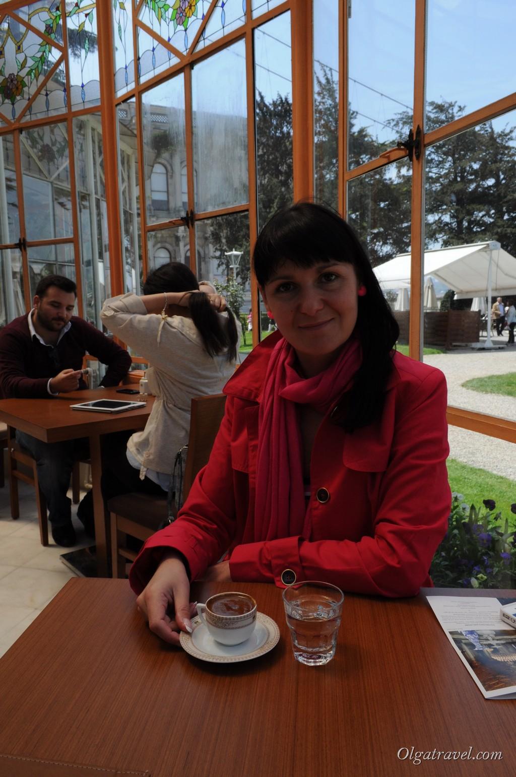 Кофе по турецки в кафе в саду дворца Бейлербей