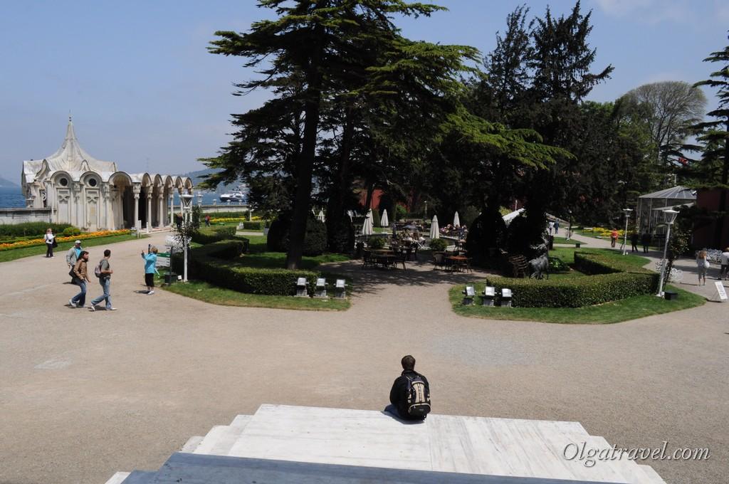 Вид на сад из дворца