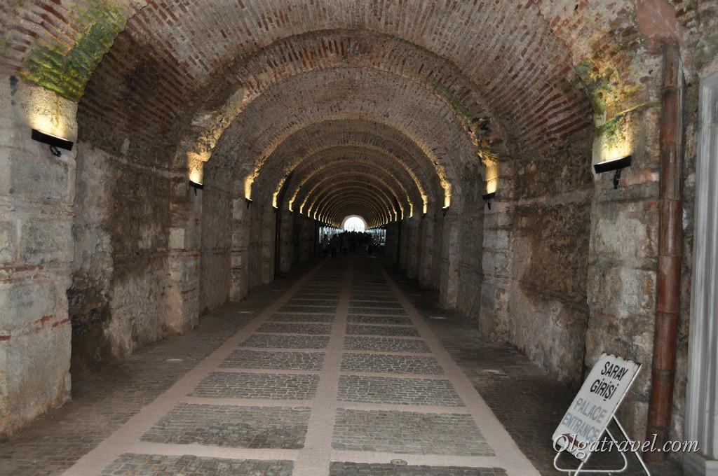 Каменный туннель при входе во дворец