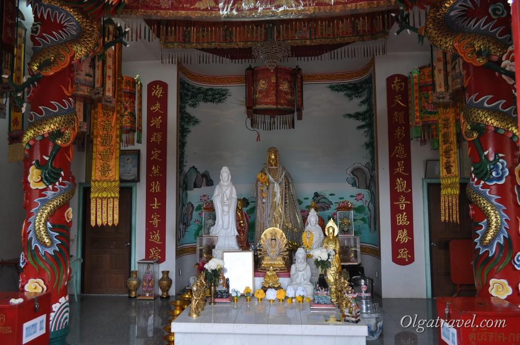Внутри храма статуя Гуань инь