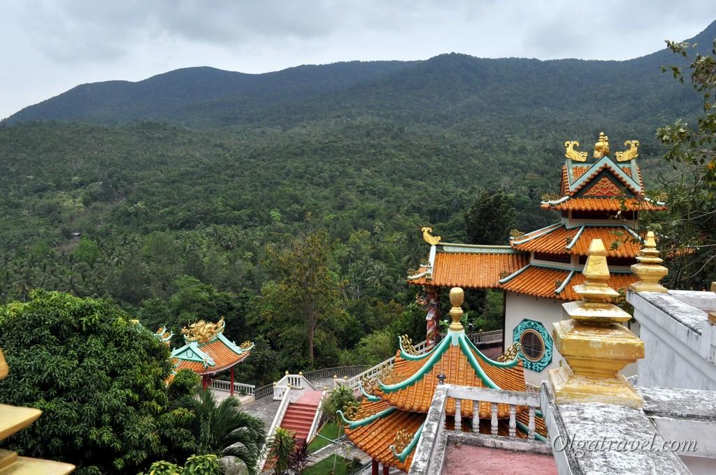 открывается вот такой красивый вид на храм и на горы