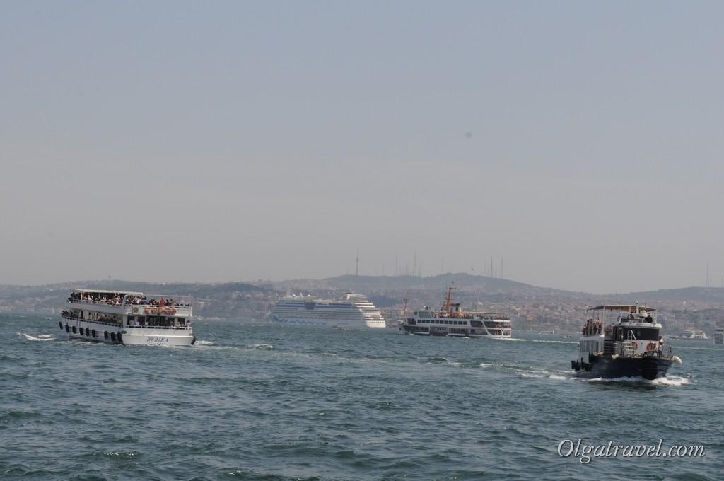 Непрерывное движение кораблей и паромов возле Галатского моста