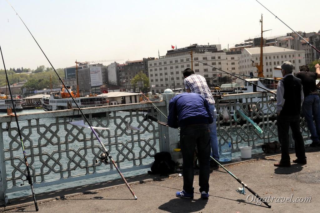 Рыбаки стоят на Галатском мосту в любую погоду