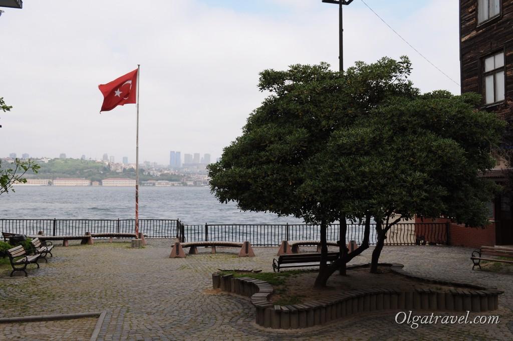 Везде стоят лавочки, можно сидеть и наслаждаться видом на Босфор