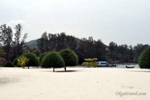 Пляж отеля Малибу бич с привозным белым песком