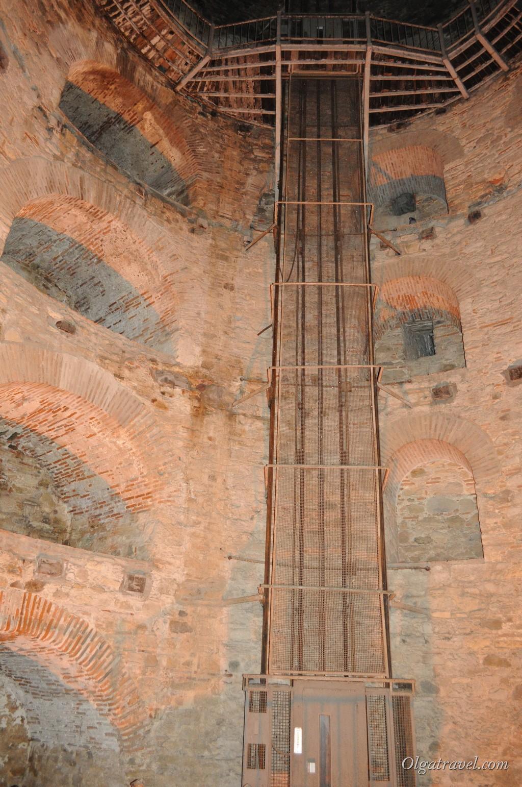 Внутри одной из башен