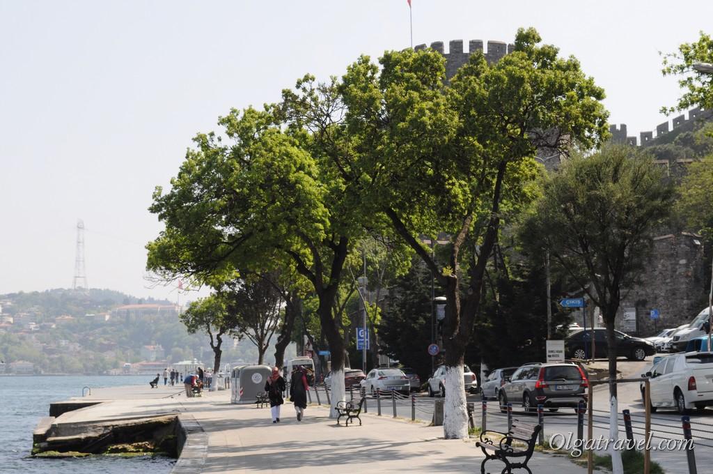 Набережная рядом с входом в Румели Хисары