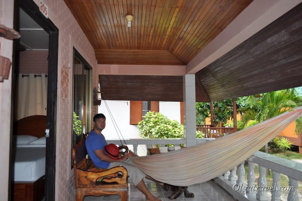 Большая веранда с гамаком, столиком и скамейкой