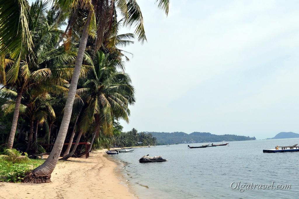 Пляж возле этих домиков - море в этом районе острова очень мелкое
