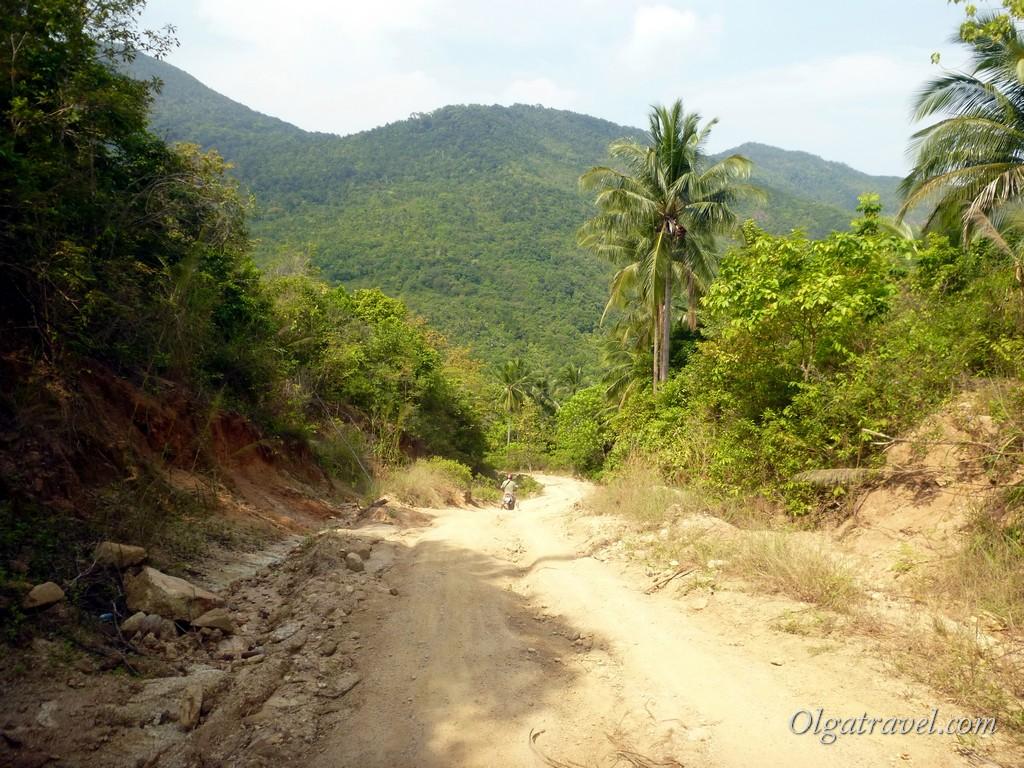 Вот такая ужасная дорога ведет на один из самых красивых пляжей острова
