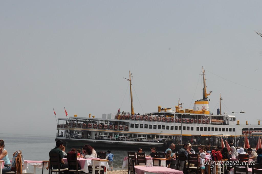 Кафе возле причала и наш корабль