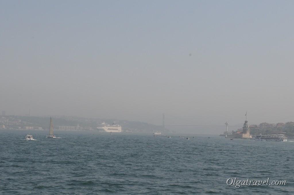 Вдали, сквозь туман, виднеется Босфорский мост и Девичья башня