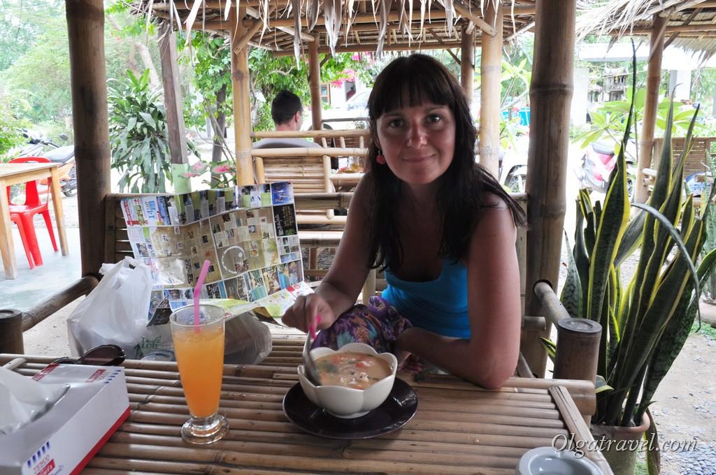 Вкусный Том Ям в кафе возле Теско Лотуса на Пангане