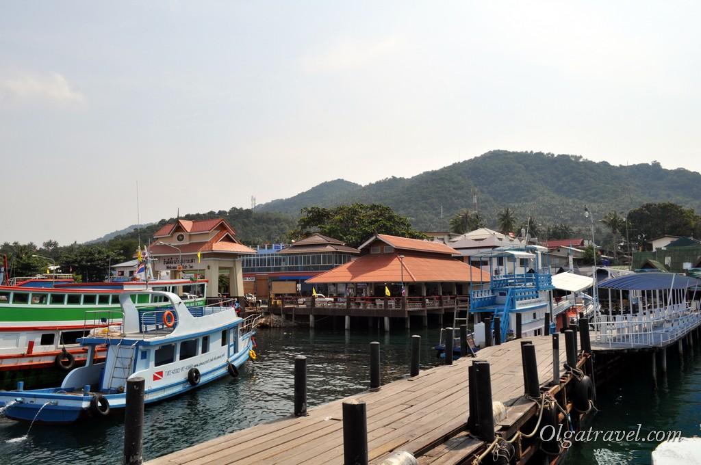 Причал на Ко Тао, с которого отправляются лодки на Нанг Юань. Лодка Ситарн Дискавери приплывает на причал левее