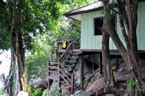 Очень простые деревянные домике на горе