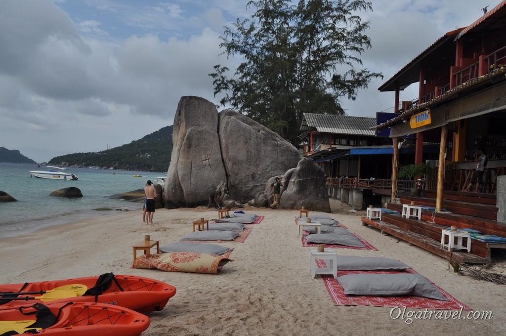 К вечеру на пляж выносят столики и подушки