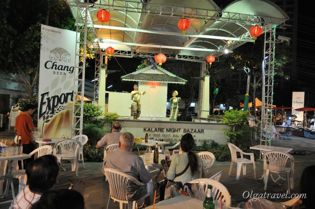 Каждый вечер на Ночном базаре можно посмотреть на тайскую самодеятельность:)