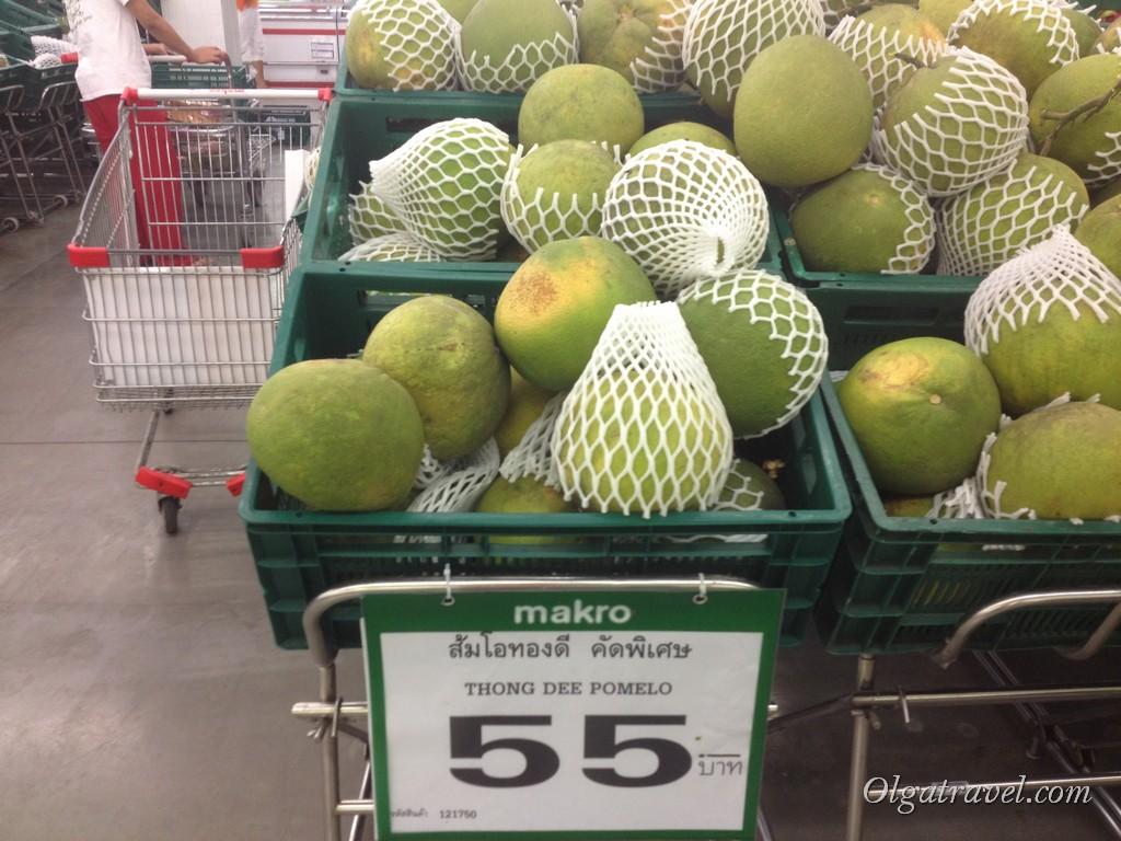 Помело - но мы почему-то этот фрукт распробовали уже в конце поездке. Брали порезанный и почищенный в Биг С